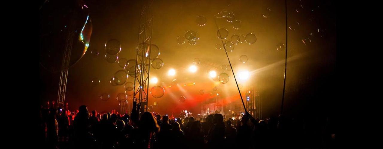 performance de bulles géantes en concert